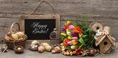 старинные пасхальные украшения с яйцами и тюльпан цветы — Стоковое фото