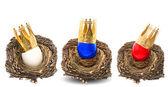 Ovo de páscoa com decoração de coroa dourada — Foto Stock