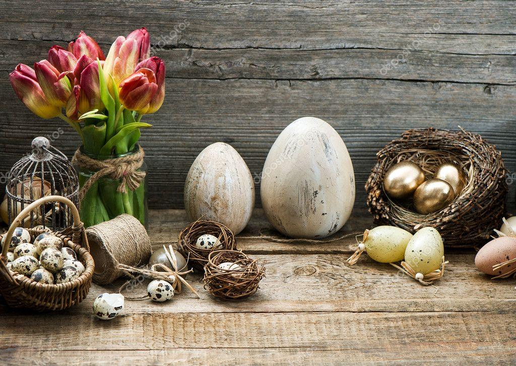 Vintage pasen decoratie met eieren en rode tulp bloemen - Decoratie afbeelding ...