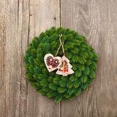 Jul dekoration vintergröna krans på trä bakgrund — Stockfoto
