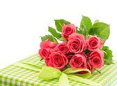 Boeket verse roze rozen met cadeau geïsoleerd op wit — Stockfoto