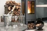 Праздничный домашний интерьер wirh шампанского, два стекла и камин — Стоковое фото