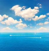 Beautiful turquoise sea water and perfect blue sky — Stock Photo