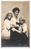 Antique family portrait of mother with children wearing vintage — Stock Photo