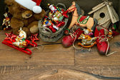 Decoración de la navidad nostálgica con juguetes antiguos — Foto de Stock