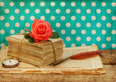 Old love letters and postcards with pink rose flower — ストック写真