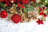 Enfeites, guirlandas de ouro, árvore de Natal e vermelho berrie — Fotografia Stock