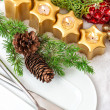 Christmas table place setting decoration in gold, red, green — Stock Photo