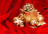 Gift box with golden christmas balls and shiny lights — Stockfoto