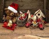 Decoración de navidad de estilo retro con juguetes antiguos — Foto de Stock