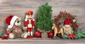 Decoración navideña con oso de peluche juguetes antiguos — Foto de Stock