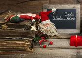 Decoración vintage navidad con juguetes antiguos y vela roja — Foto de Stock