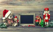Decoración de la navidad con juguetes antiguos y pizarra — Foto de Stock