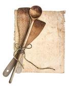 старинные деревянные кухонные принадлежности и старой кулинарной страницы — Стоковое фото
