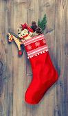 Vánoční punčocha s nostalgickou vinobraní hračky dekorace — Stock fotografie