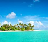 热带岛屿海滩与棕榈树和多云的蓝色天空 — 图库照片