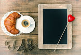 Coffee with croissant, blackboard and heart decoration — Foto de Stock