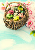 Easter decoration with flowers and eggs in basket — Stock Photo