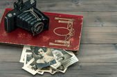 Vintage camera and album with old photos. nostalgie — Stock Photo