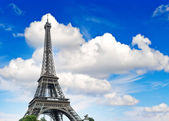 Eiffel Tower against cloudy blue sky — Stock Photo