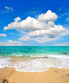 Beautiful turquoise sea and perfect blue sky — Stock Photo