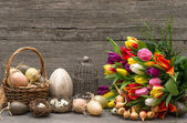 Easter decoration with eggs and tulip flowers — 图库照片
