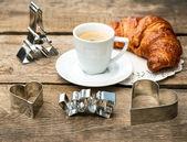Koffie met croissant en hart decoratie — Stockfoto