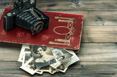 Vintage camera and album with old photos. nostalgia — Foto Stock