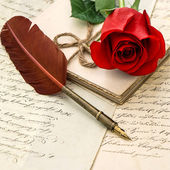Love letters, red rose and antique feather pen — Foto Stock