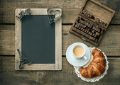 Coffee with croissant. romantic Valentine's Day breakfast — Foto de Stock