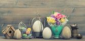 Bodegón de pascua. flores de tulipán y huevos coloreados — Foto de Stock