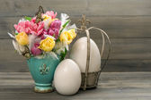 Tulip flowers with vintage easter eggs decoration — Stock Photo