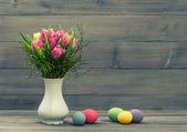Tulipán květy s velikonoční vajíčka. vintage dekorace — Stock fotografie