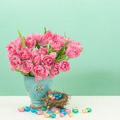 Tulipano fiori e uova pasquali al cioccolato — Foto Stock