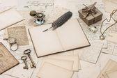 Откройте ноутбук, старые письма и аксессуары — Стоковое фото