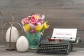 Paskalya laleler, yumurta ve daktilo ile natürmort — Stok fotoğraf