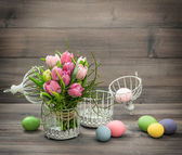 Pastel pink tulip flowers and easter eggs — Stock fotografie