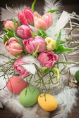 Easter decoration with tulip flowers and eggs — Stock fotografie
