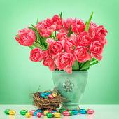Czerwony tulipan kwiaty i czekoladowe jaja wielkanocne — Zdjęcie stockowe