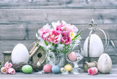 Easter decoration with flowers and colored eggs — Stock Photo