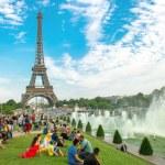 Tourists sitting near famous Eiffel Tower Paris — Stock Photo #45274579