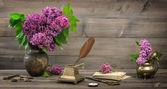 Nature morte avec fleurs lilas et Antiquités — Photo