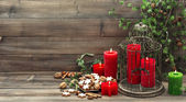 Christmas decoration with red candles and cinnamon cookies — Stockfoto