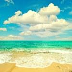 Beautiful turquoise sea and perfect blue sky — Stock Photo