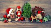 Decoración navideña con oso de peluche juguetes antiguos y cascanueces — Foto de Stock