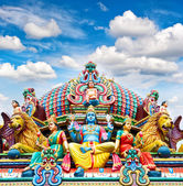 Oldest Hindu temple Sri Mariamman in Singapore over blue sky — Stock Photo