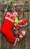Kerstmis decoratie kous en handgemaakt speelgoed — Stok fotoğraf