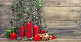 новогоднее украшение с красными свечами, птичья клетка и сосновых веток — Стоковое фото