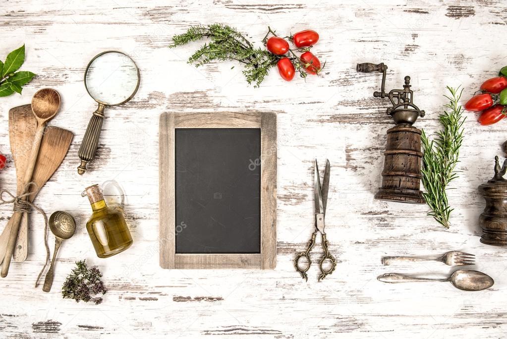 ustensiles de cuisine avec tomates herbes et tableau noir photographie liligraphie 50326819. Black Bedroom Furniture Sets. Home Design Ideas