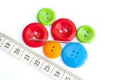 複数の色のボタンと衣服インチ針 — ストック写真